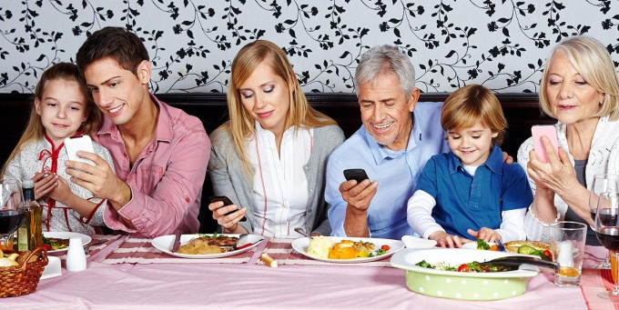 smart-phone-usage-at-family-dinner-table